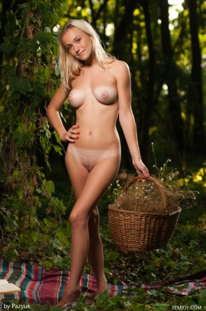 amateur photo nice blonde in the woods