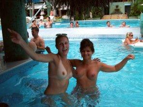 amateur photo Enjoying The Swim Up Bar!