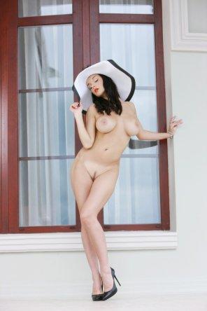amateur photo Big white hat