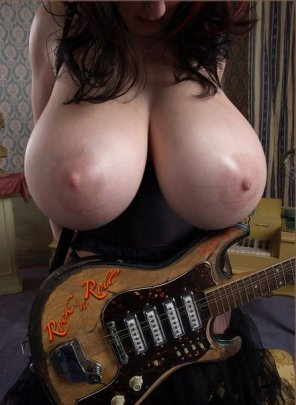 amateur photo Boobs and guitar
