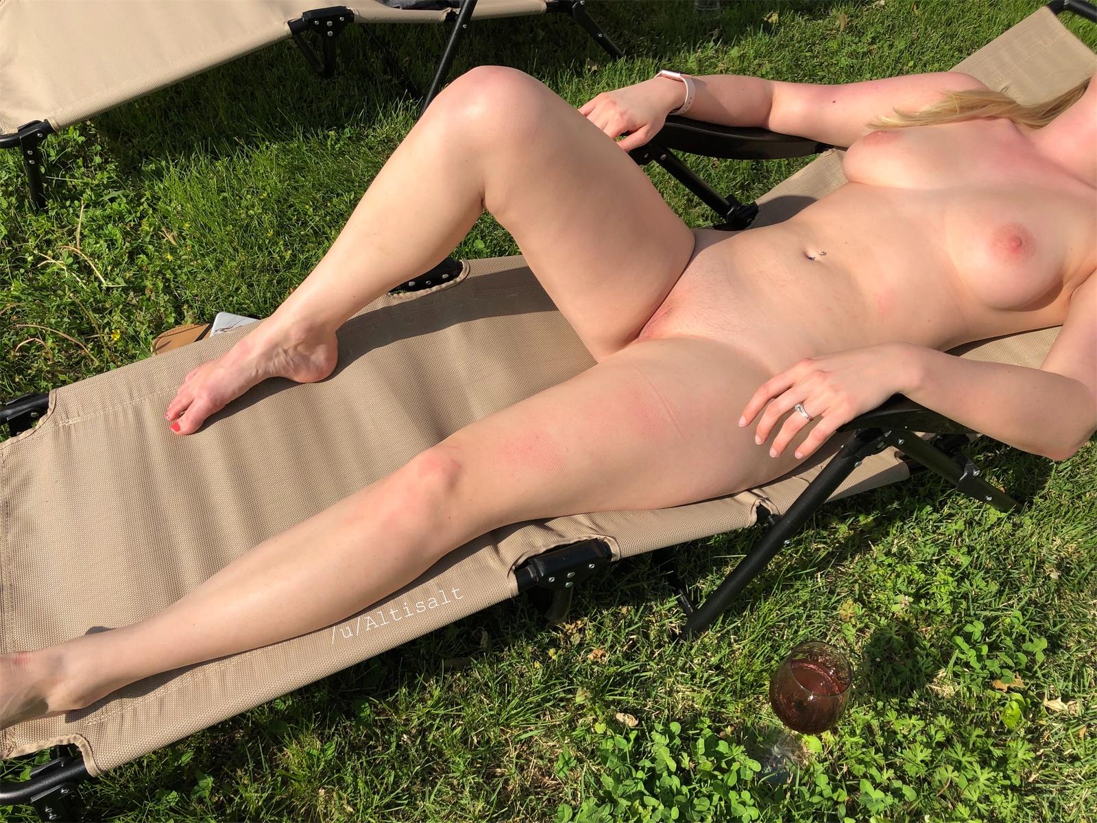 Giving the neighbors a good view! [f] 😘 Porno Photo - EPORNER