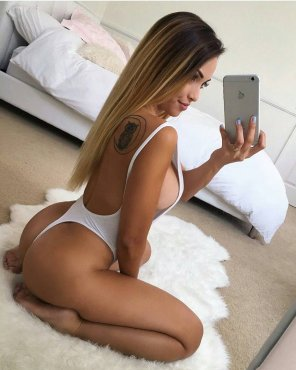 amateur photo She knows how to selfie