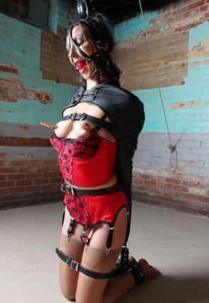 amateur photo Wenona in a tight spot