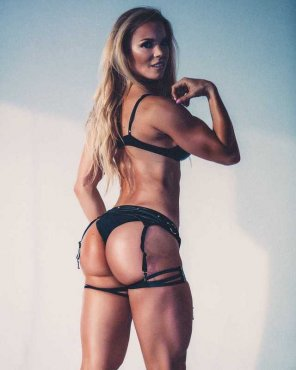 amateur photo Lauren Drain fest on the page.