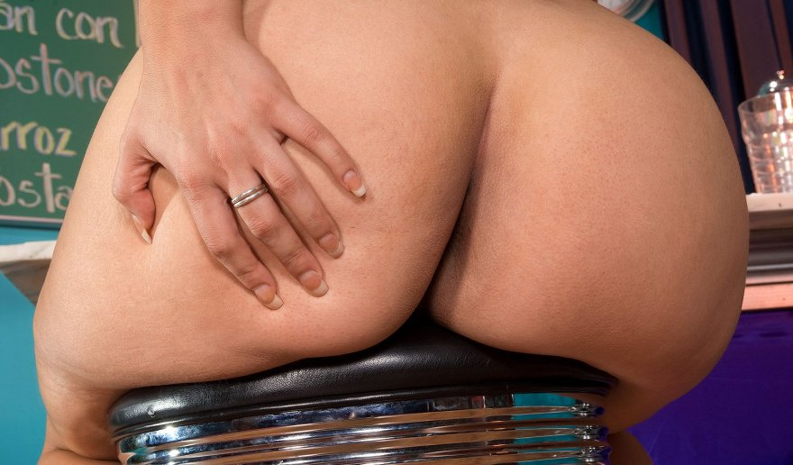 Yazmina Melendez on a stool Porno Zdjęcie