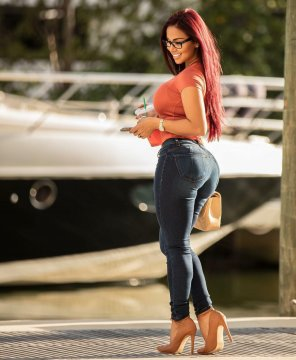 amateur photo Dolly Castro in jeans