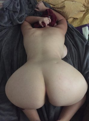 amateur photo presenting my ass, with a little side boob