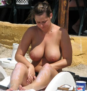 amateur photo busty beach babe