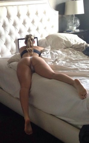 amateur photo Browsing in bed