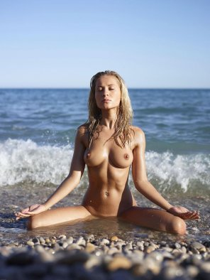 amateur photo naked yoga by the sea