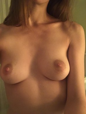 amateur photo I'm tipsy so fuck yes, I'm gonna show you my tits 🤷♀️ [f]