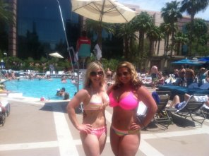 amateur photo REAL Curvy girl by the pool