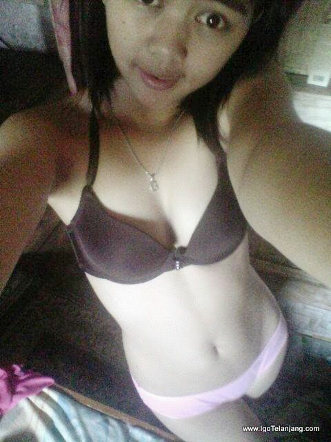 Teen bra selfie