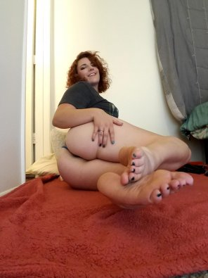 amateur photo Pretty feet and big booty!