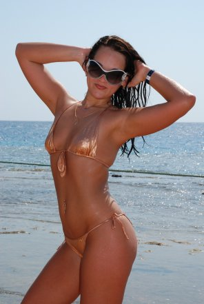 amateur photo Tiny bikini on a beach hottie