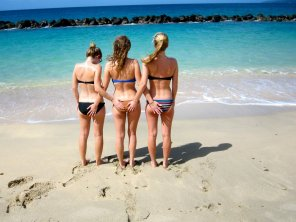 amateur photo 3 girls on the beach