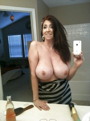amateur photo Busty milf selfie