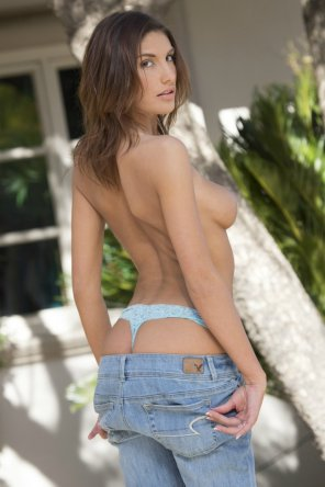 amateur photo Coming out of her jeans