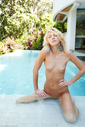 amateur photo Poolside hottie