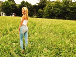 amateur photo Babe in field