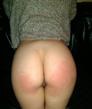 amateur photo A peak after some spanking