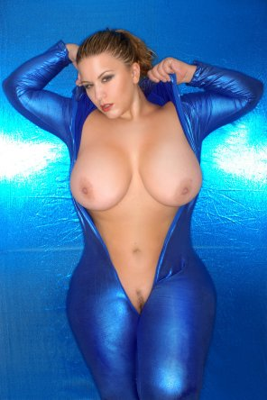 amateur photo London Andrews is Blue