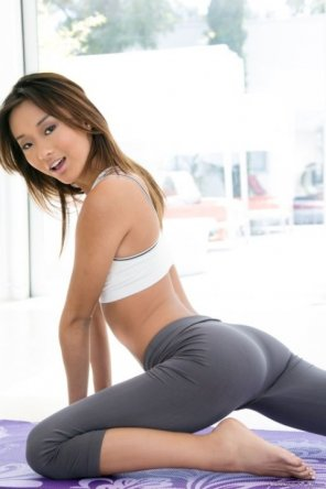 amateur photo Alina Li working out