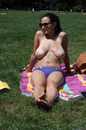 amateur photo Topless in park