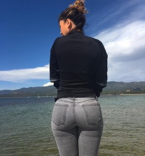 amateur photo grey jeans