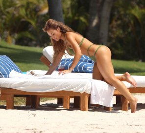 amateur photo Daphne Joy attempting The Alba, but not quite in the right angle for the paparazzo she hired