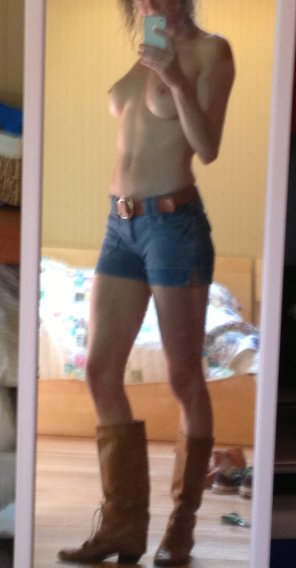 amateur photo Jean shorts, boots and boobs