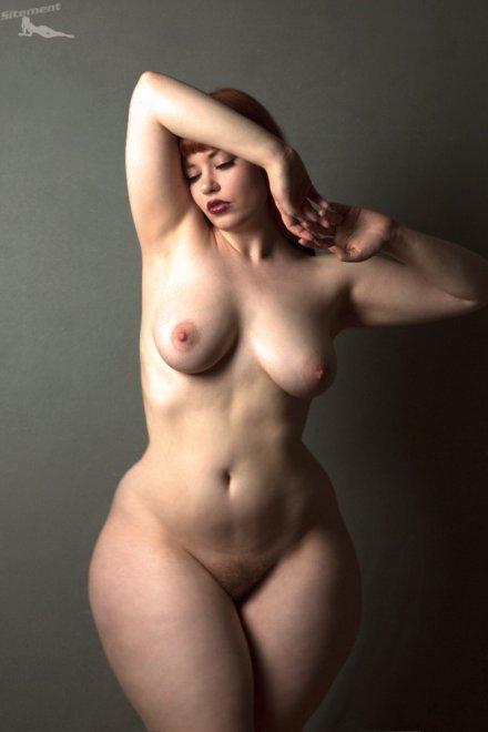 фото голые дамы с широкими бедрами