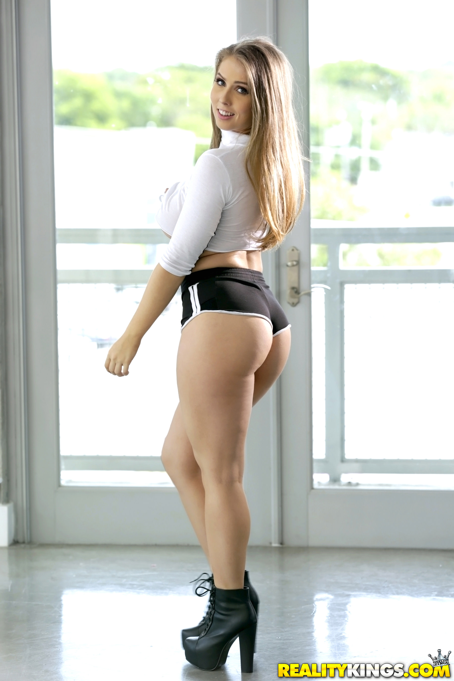 Booty in shorts porn