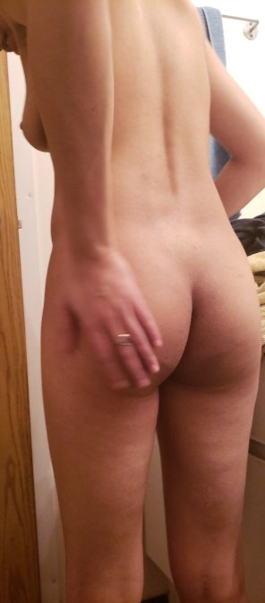 amateur photo [F] small bum on a small girl