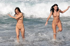 amateur photo Happy girls enjoying the beach