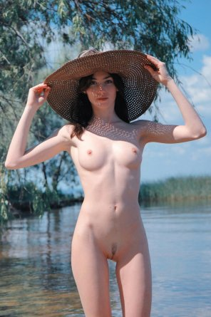 amateur photo stunner in sunhat