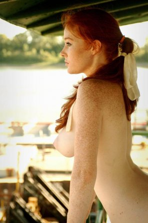 amateur photo Busty redhead with the sideboob 😍