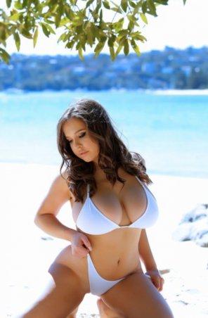 amateur photo super curvy babe stuns in small white bikini