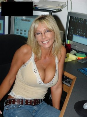 amateur photo Low cut top MILF with glasses