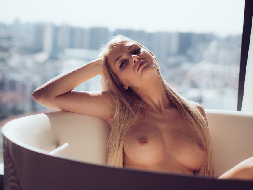 Blonde in bathtub Porn Photo
