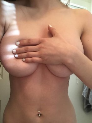 amateur photo Hand bra