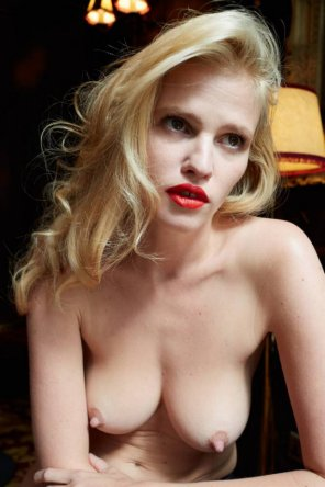 amateur photo Lara Stone is a Dutch model.