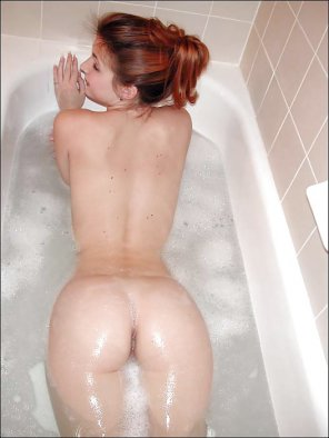 amateur photo Sexy redhead taking a bath.