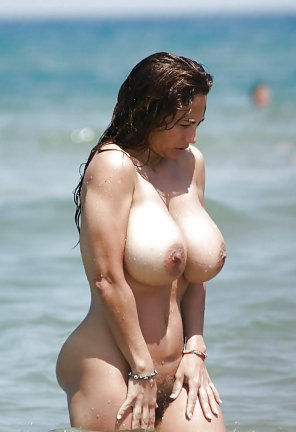 amateur photo Impressive huge boobed nude woman at the beach