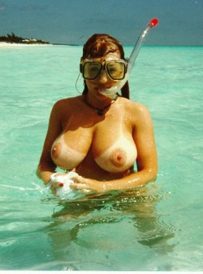 amateur photo Deep sea diving with her own buoys