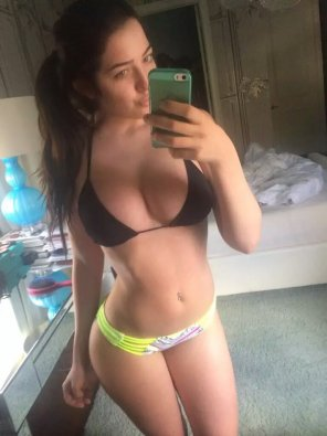 amateur photo fit brunette
