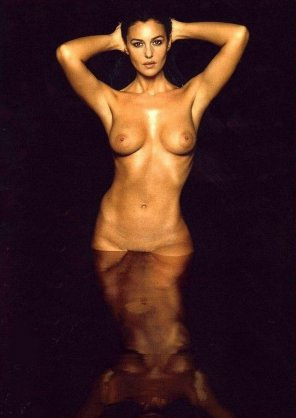 amateur photo Monica Bellucci Full-Frontal Naked Photo-shoot!