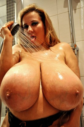 amateur photo Abbi Secraa in the shower