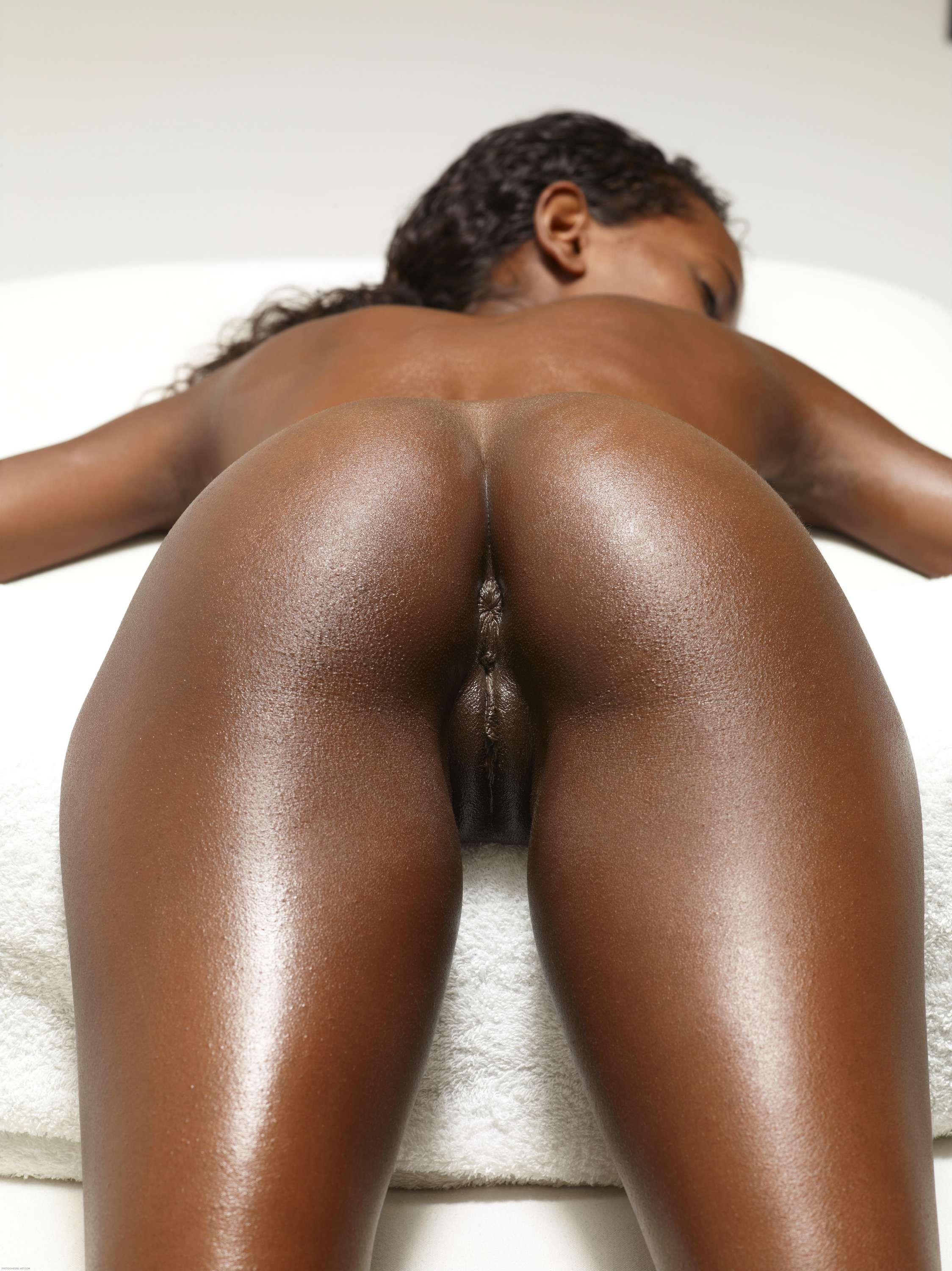 Phat butt ebony shows perfect pussy on webcam