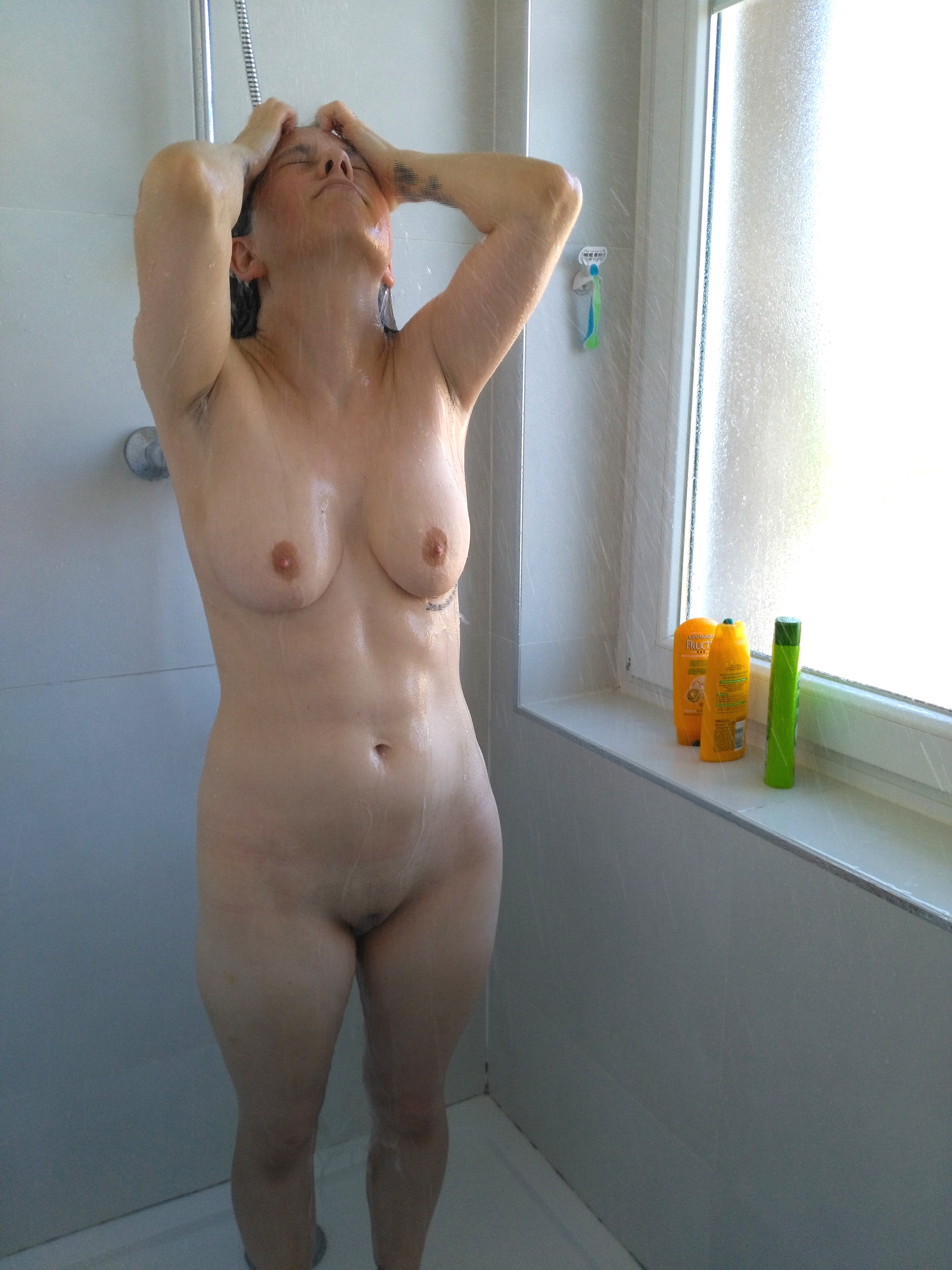 Nackte Frau In Dusche